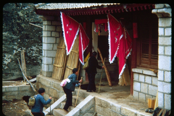 Temple and guest house at the top of Hua Shan. Photo ©1982, Patti Isaacs.