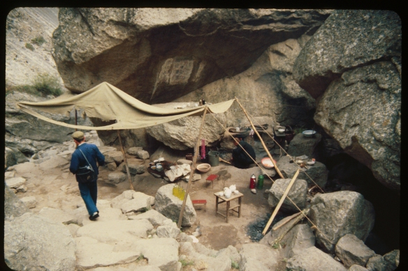 Trailside refreshment stand, Hua Shan. Photo © 1982, Patti Isaacs.